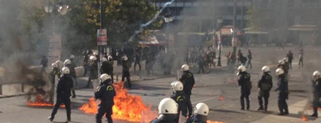 Μολότοφ και καταστροφές στην πορεία της Αθήνας (video & Photos)