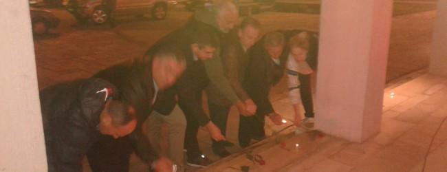 Αναψαν κεριά έξω από το Δημαρχείο