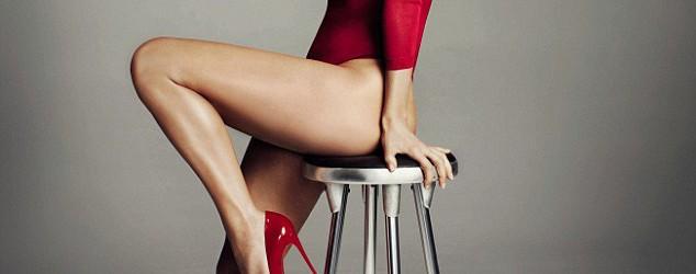 Η Τζένιφερ Λόπεζ ποζάρει με κόκκινες γόβες