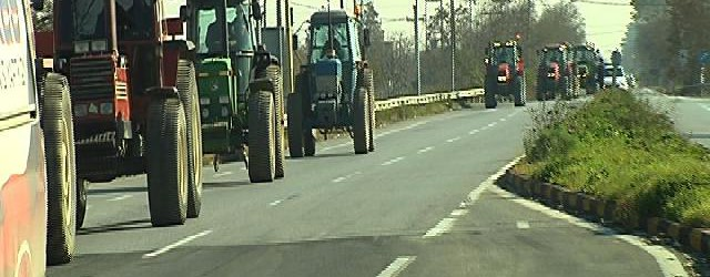 Οι αγρότες απέκλεισαν συμβολικά την Εθνική Οδό στον κόμβο Πλατυκάμπου