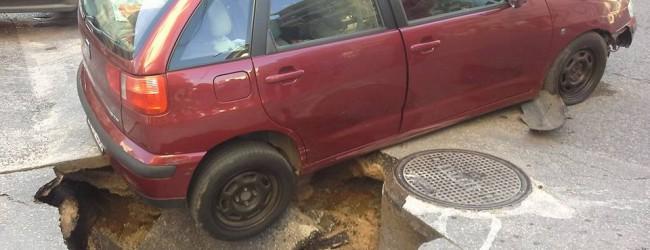 Κατέρρευσε το οδόστρωμα στην οδό Κασσαβέτη-Αναλήψεως και «κατάπιε» ΙΧ!