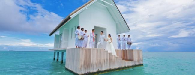 Πλωτός γάμος στη μέση του ωκεανού