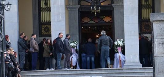 Ράγισαν και οι πέτρες στην κηδεία της τετράχρονης που πέθανε μετά από εγχείρηση για «κρεατάκια»
