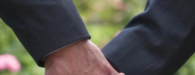 Με κόντρες και… φιλιά ψηφίζεται το σύμφωνο συμβίωσης και για τα ομόφυλα ζευγάρια