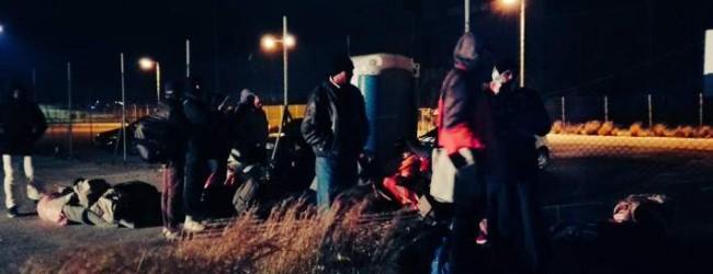 Αλαλούμ χωρίς τέλος με τους μετανάστες -Τους έδιωξαν από τα γήπεδα και εκείνοι κατασκήνωσαν απ' έξω