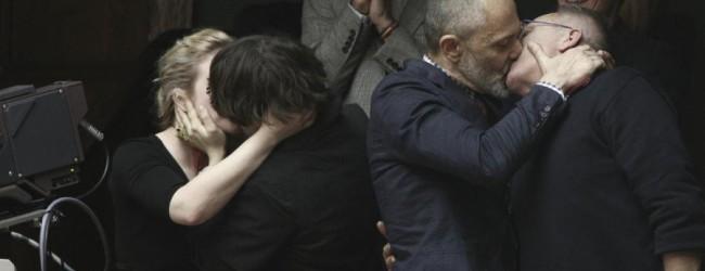 Με φιλιά στα θεωρία της Βουλής πανηγύρισαν οι ομοφυλόφιλοι! (photos)