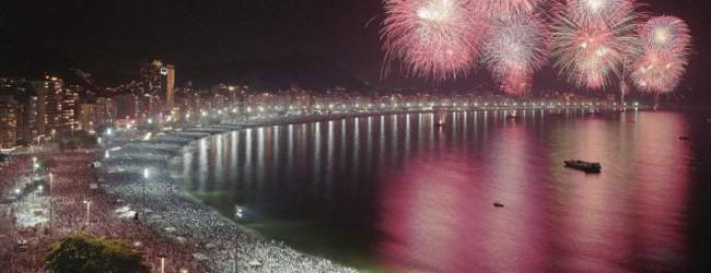 Ρίο ντε Τζανέιρο: Πρωτοχρονιά με μπάνιο στη θάλασσα και πίνοντας σαμπάνιες