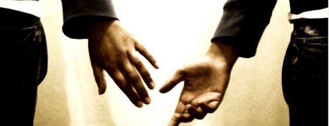 Τέλος στις διακρίσεις: Εξομοιώνεται πλήρως το σύμφωνο συμβίωσης με το γάμο