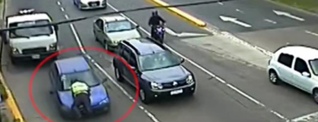 Τρομερό βίντεο: 60χρονη οδηγούσε για 300 μέτρα με τον τροχονόμο στο… παρμπρίζ!
