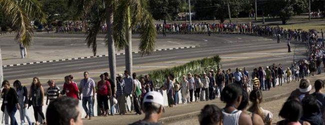 Ατελείωτες ουρές Κουβανών για το τελευταίο αντίο στον Φιντέλ Κάστρο -Με δάκρυα στα μάτια (photos)