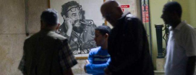 Στους δρόμους της Αβάνας, με τον Φιντέλ νεκρό -Πώς υποδέχθηκαν στην Κούβα την είδηση για τον Κάστρο (photos)