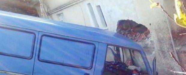 Αυτοκίνητο καρφώθηκε σε σπίτι-Τραυματίστηκε ο οδηγός (photos)