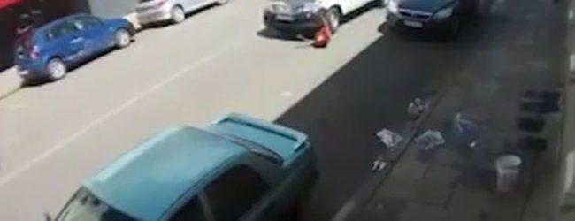 Η σοκαριστική στιγμή που γυναίκα παρασύρεται από αυτοκίνητο (vid)