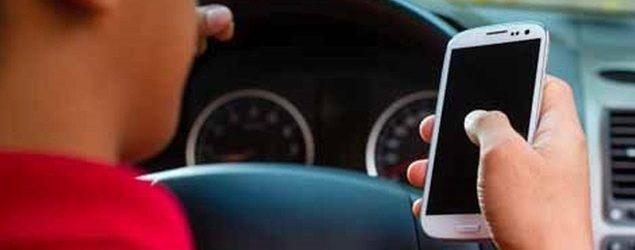 Αφαιρούν δια παντός το δίπλωμα οδήγησης σε όποιον μιλά στο κινητό