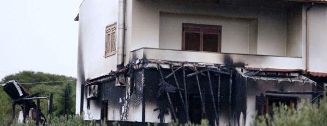 Αναλαμβάνει η Αντιτρομοκρατική για το καμένο σπίτι του Μπίκα – Με εντολή της κυβέρνησης