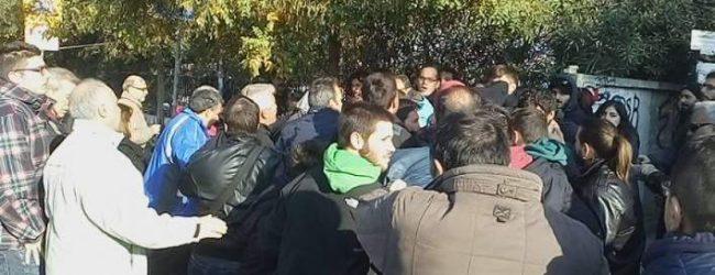 Ενταση στην Πολυτεχνική Σχολή της Θεσσαλονίκης -Δεν άφησαν μέλη του ΣΥΡΙΖΑ να εισέλθουν (video)