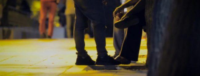 Έφηβοι πρόσφυγες εκδίδονται στους δρόμους της Αθήνας – Η συγκλονιστική ιστορία του Ali (vid)