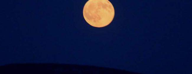 Παροξυσμός στον πλανήτη για τη Σούπερ Σελήνη: Χιλιάδες κόσμου πάνω σε ουρανοξύστες