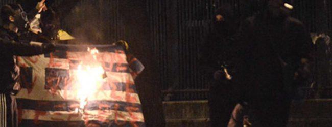 Κουκουλοφόροι έκαψαν την ελληνική σημαία στο Πολυτεχνείο
