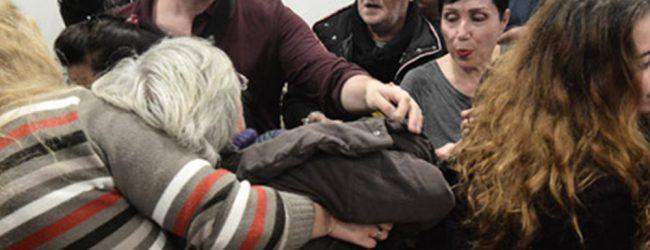 Βίντεο: Έβγαλαν «σηκωτούς» συμβολαιογράφους από πλειστηριασμό