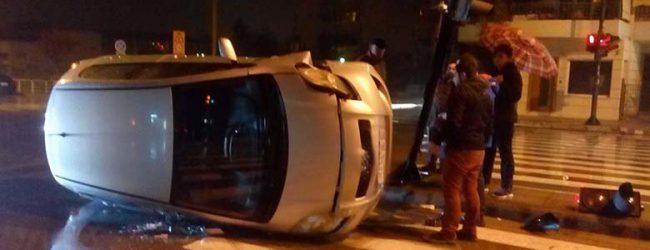 Τρελή πορεία για αυτοκίνητο στη Λάρισα – Έπεσε πάνω σε φανάρι και τούμπαρε (photos)