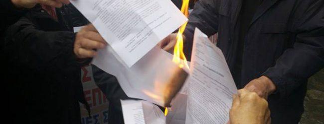 Αγανακτισμένοι Λαρισαίοι συνταξιούχοι έκαψαν τα ειδοποιητήρια Κατρούγκαλου για τις μειώσεις των συντάξεων