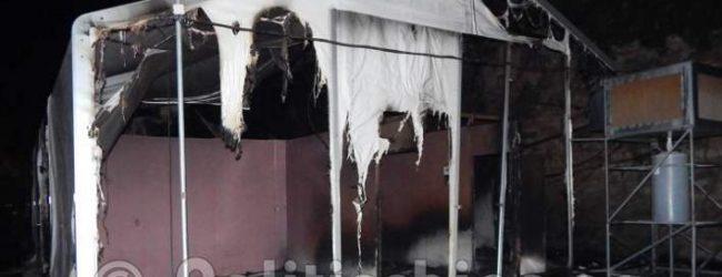 Επεισόδια στη Χίο: Πρόσφυγες έβαλαν φωτιές, κατέστρεψαν καταστήματα και αυτοκίνητα (vids)