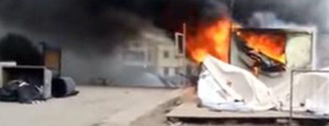 Πανικός στη Χίο: Πυρπολήθηκαν τα γραφεία των εργαζομένων στο hot spot της Σούδας