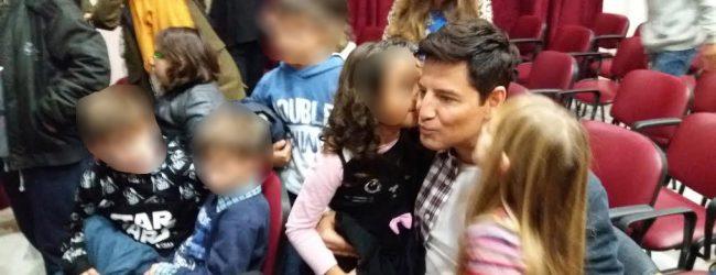Ο Σάκης Ρουβάς κοντά στα παιδιά του Ορφανοτροφείου Βόλου