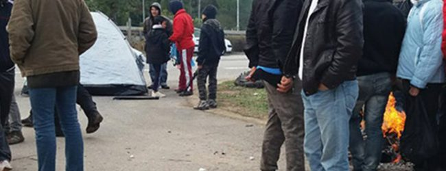 Ενταση στη Μαλακάσα: Πρόσφυγες απειλούν να κάψουν τις σκηνές για να ζεσταθούν