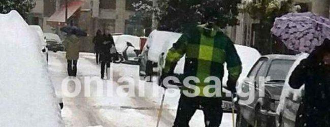Λάρισα: Εκανε σκι στο κέντρο της πόλης -Αφωνοι οι περαστικοί (video)