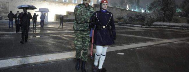 Πάγωσαν οι τσολιάδες στο Σύνταγμα -Αλλαζαν φρουρά υποβασταζόμενοι (photos)