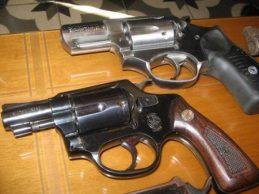 Σκιάθος: Βρήκε τέσσερα πιστόλια στο σπίτι του πατέρα της
