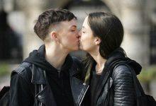Πείραμα: Δύο γυναίκες φιλιούνται στο στόμα στη μέση του δρόμου, κάμερα καταγράφει τις αντιδράσεις περαστικών (vid)