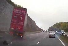 Σοκαριστικό τροχαίο: Φορτηγό πέφτει πάνω σε σταματημένο αυτοκίνητο με δύο παιδιά (vid)
