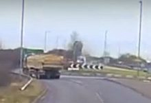 Σοκαριστικό βίντεο: Αυτοκίνητο πέφτει σε κυκλικό κόμβο, εκτοξεύεται και κάνει τέσσερις στροφές στον αέρα