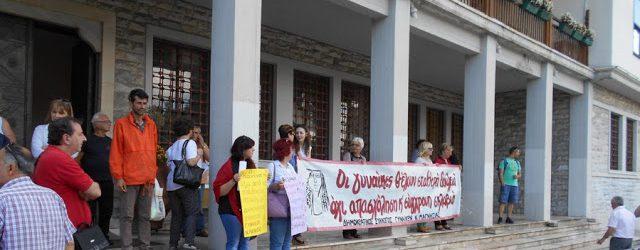Παράσταση διαμαρτυρίας στο Δημαρχείο Βόλου για τους συμβασιούχους