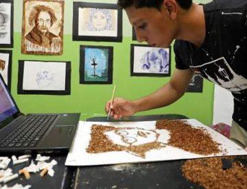 Ο αντισυμβατικός καλλιτέχνης που φτιάχνει πορτραίτα από καπνό και τους βάζει φωτιά (photo, vid)