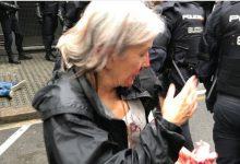 Σοκ στην Καταλονία: Η αστυνομία χτυπά στο «ψαχνό» τους ψηφοφόρους