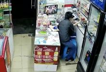 Βίντεο – σοκ: Μπήκε σε μαγαζί στην Κίνα και άρπαξε με θράσος ένα κοριτσάκι