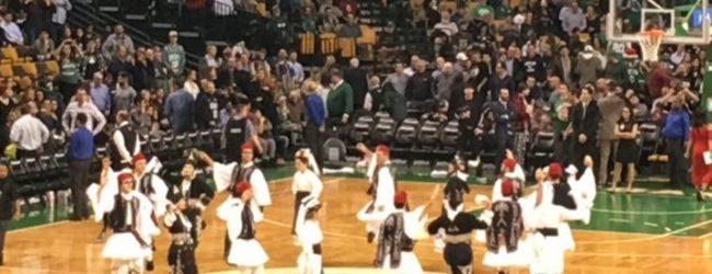 Στα γαλανόλευκα η Βοστώνη για χάρη του Αντετοκούνμπο – Οι παραδοσιακοί χοροί των τσολιάδων στο γήπεδο των Σέλτικς – ΒΙΝΤΕΟ – ΦΩΤΟ