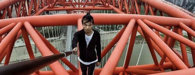 Σοκ: Η στιγμή που ένας 26χρονος πέφτει από τον ουρανοξύστη που ανέβηκε για selfie (vid)