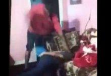 Πατέρας μαστιγώνει και ξυρίζει το κεφάλι κοριτσιού επειδή κατέβασε το Snapchat (vid)