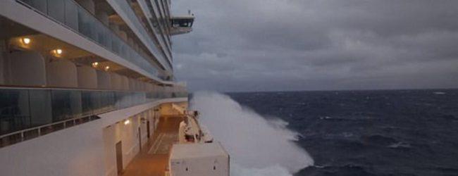 Η κρουαζιέρα του τρόμου: Πλοίο βρέθηκε στο έλεος του «κυκλώνα-βόμβα» για τρεις μέρες – Δείτε βίντεο και φωτογραφίες!