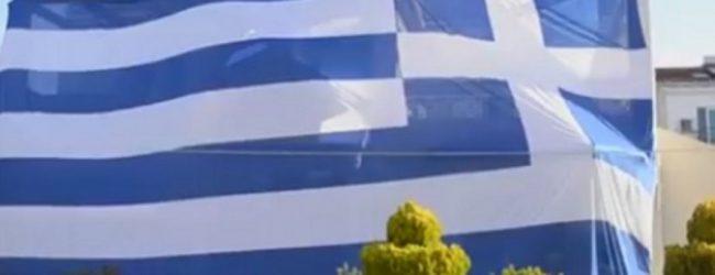 Βίντεο: Έντυσε το σπίτι του με ελληνική σημαία… 140 τετραγωνικών!