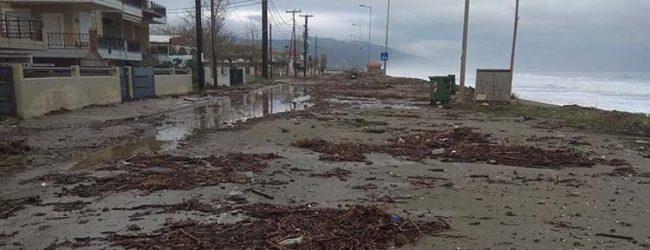 Βγήκε η θάλασσα στη στεριά στον Αγιόκαμπο – Προβλήματα και στην Κουτσουπιά (φωτό)