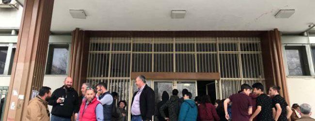 Διαμαρτυρία αγροτών έξω από τα δικαστήρια της Λάρισας – Στο «σκαμνί» αγροτοδικείου επτά ακόμη άτομα