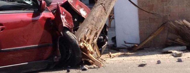 Λάρισα: Αυτοκίνητο καρφώθηκε σε κολόνα