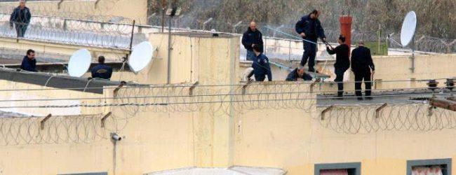 Θρίλερ στις φυλακές Τρικάλων: Ελληνας κρατούμενος με μαχαίρι κράτησε όμηρο αρχιφύλακα