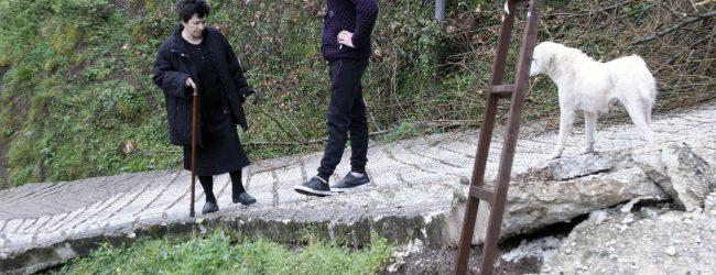 Κόπηκε στα δύο δρόμος στα Τρίκαλα (photos)